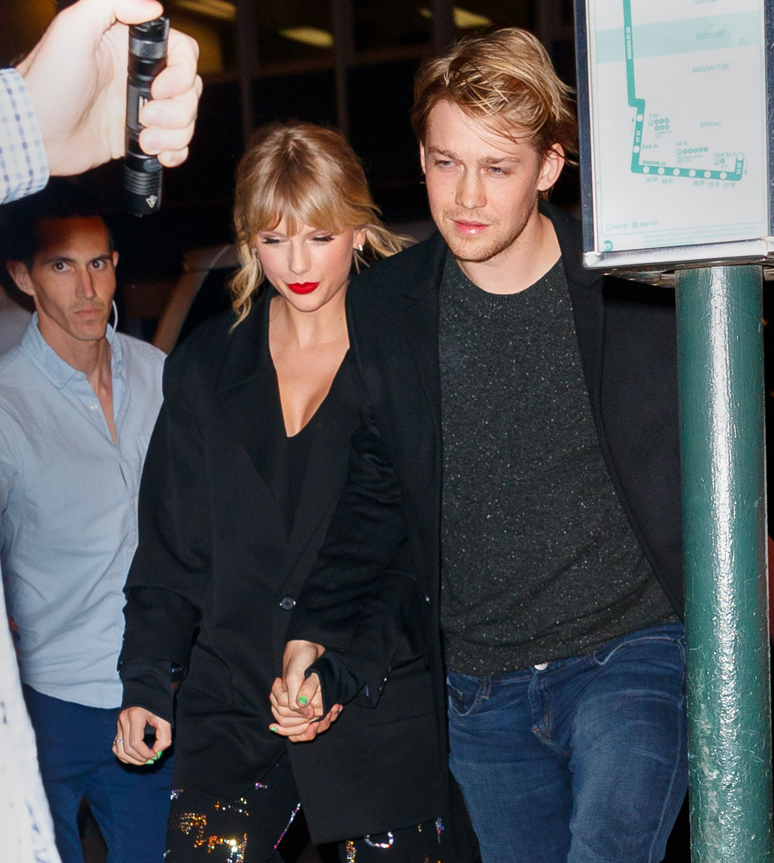 Taylor Swift Leaves Fans Wondering If She S Engaged After Stepping Out With Joe Alwyn After Snl