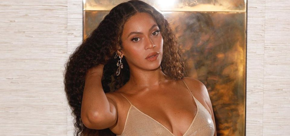 Beyoncé with hair curly