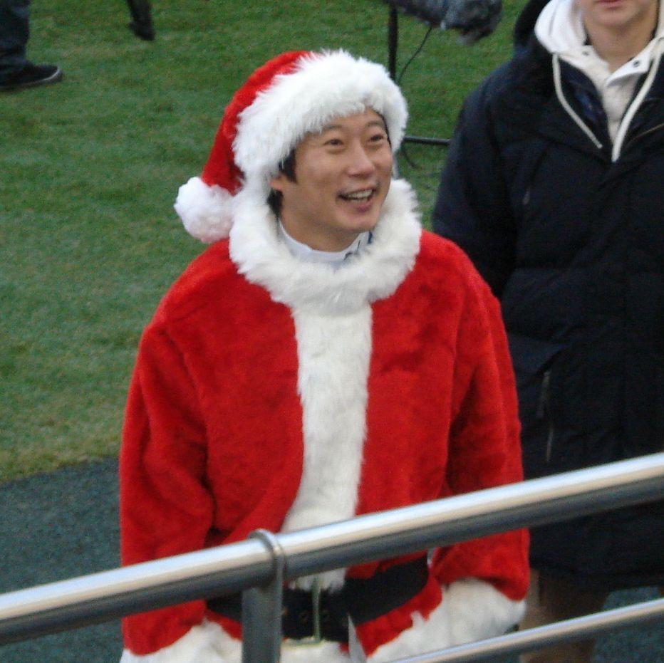 Lee Su-geun wears a Santa costume.