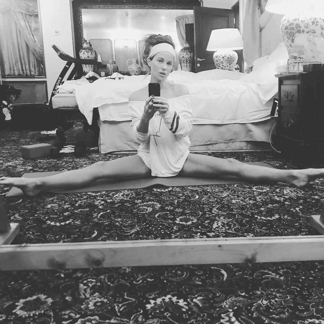Kate Beckinsale Shared A Video Of Her Stretching And Everyone Thinks It S Fake