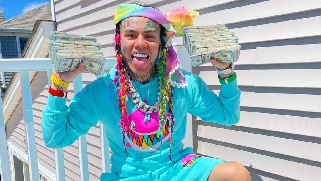 Tekashi 6ix9ine Shows Off A HUGE Bag Full Of Cash -- 'I Made A Million  Dollars On House Arrest!'