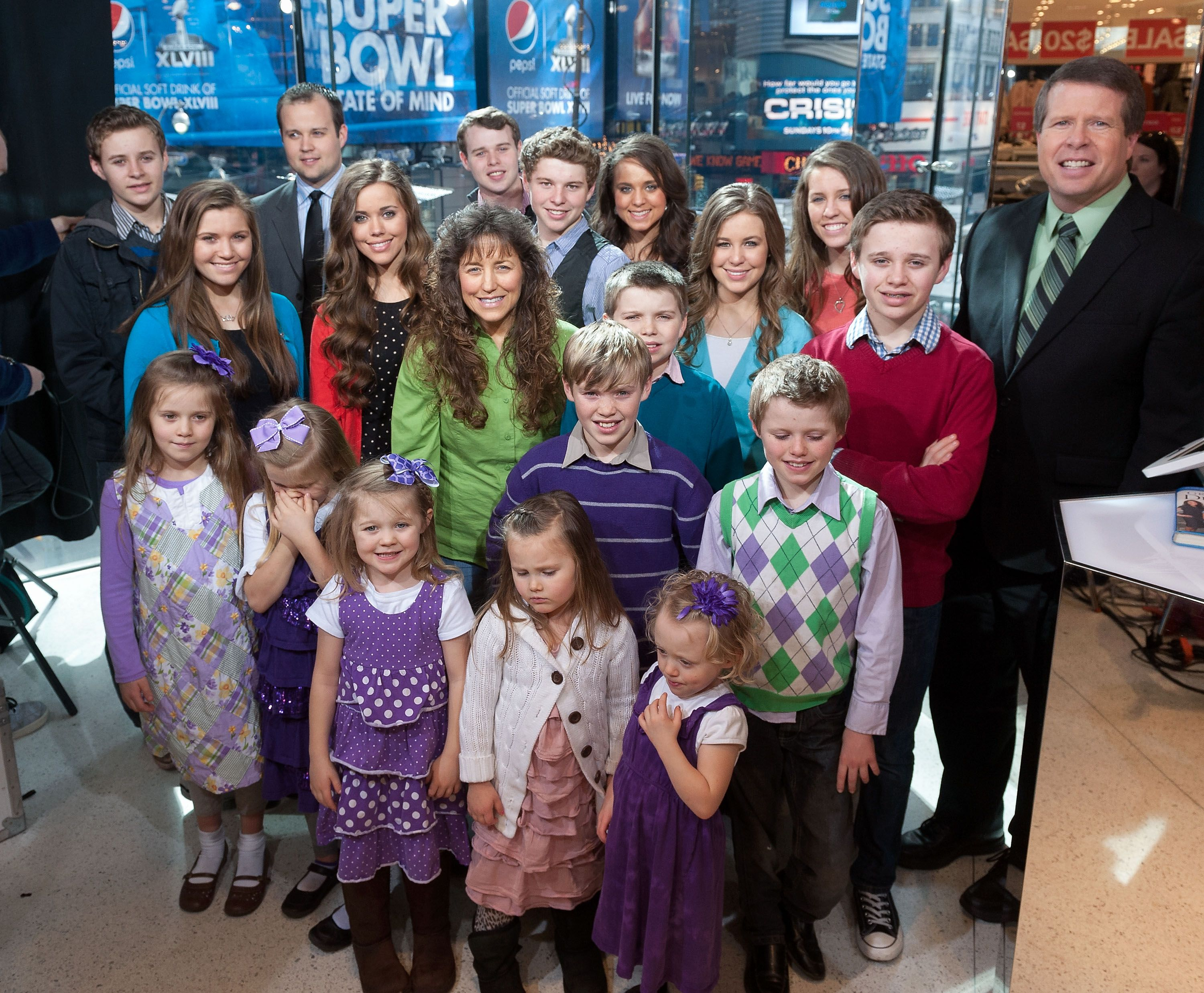 Jim Bob and Michelle Duggar share an amazing family photo with their 19 kids and they all look so cute.