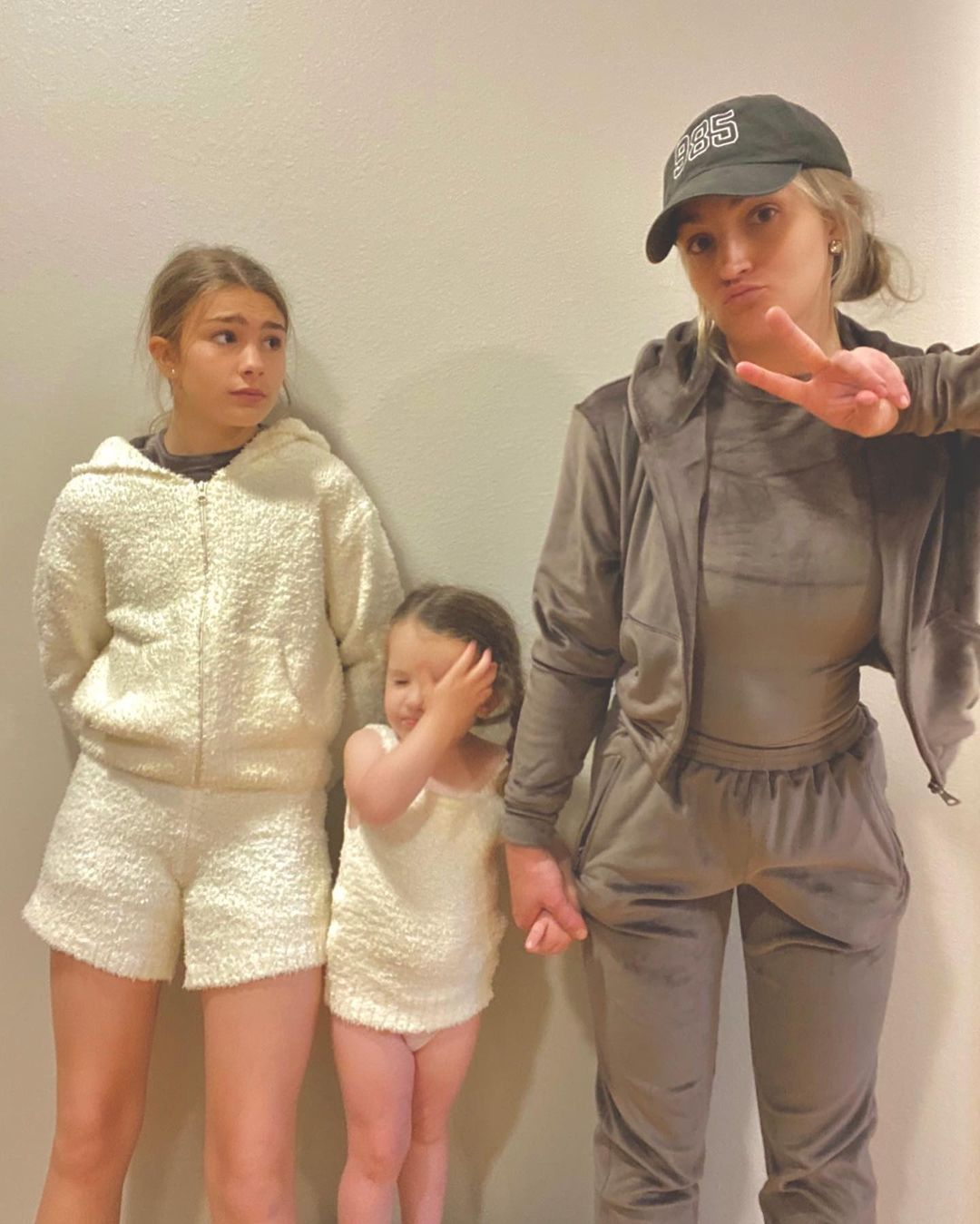 Jamie Lynn Spears and girls indoors