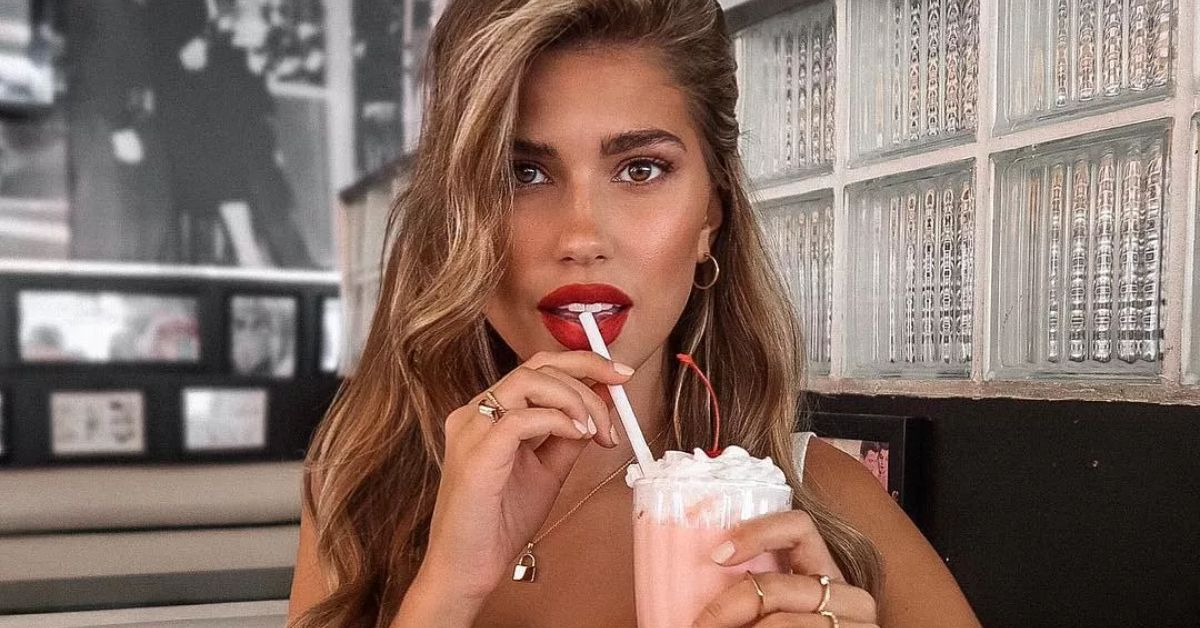YWxwTGl1VWtYTUVVcExQVWl5RnkuanBn Kara Del Toro Snacks On Strawberries In Lettuce Trim Bikini By Her Pool 8211 The Blast