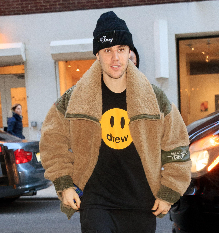 Justin Bieber walking outside.