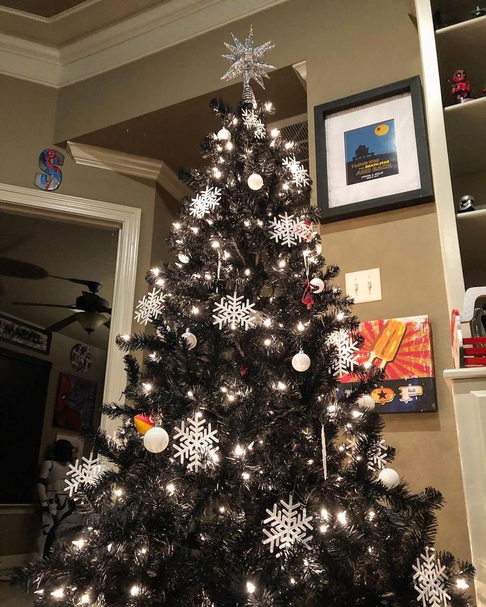 People Are Decorating Their Christmas Trees With Flowers For A Fresh Holiday Twist