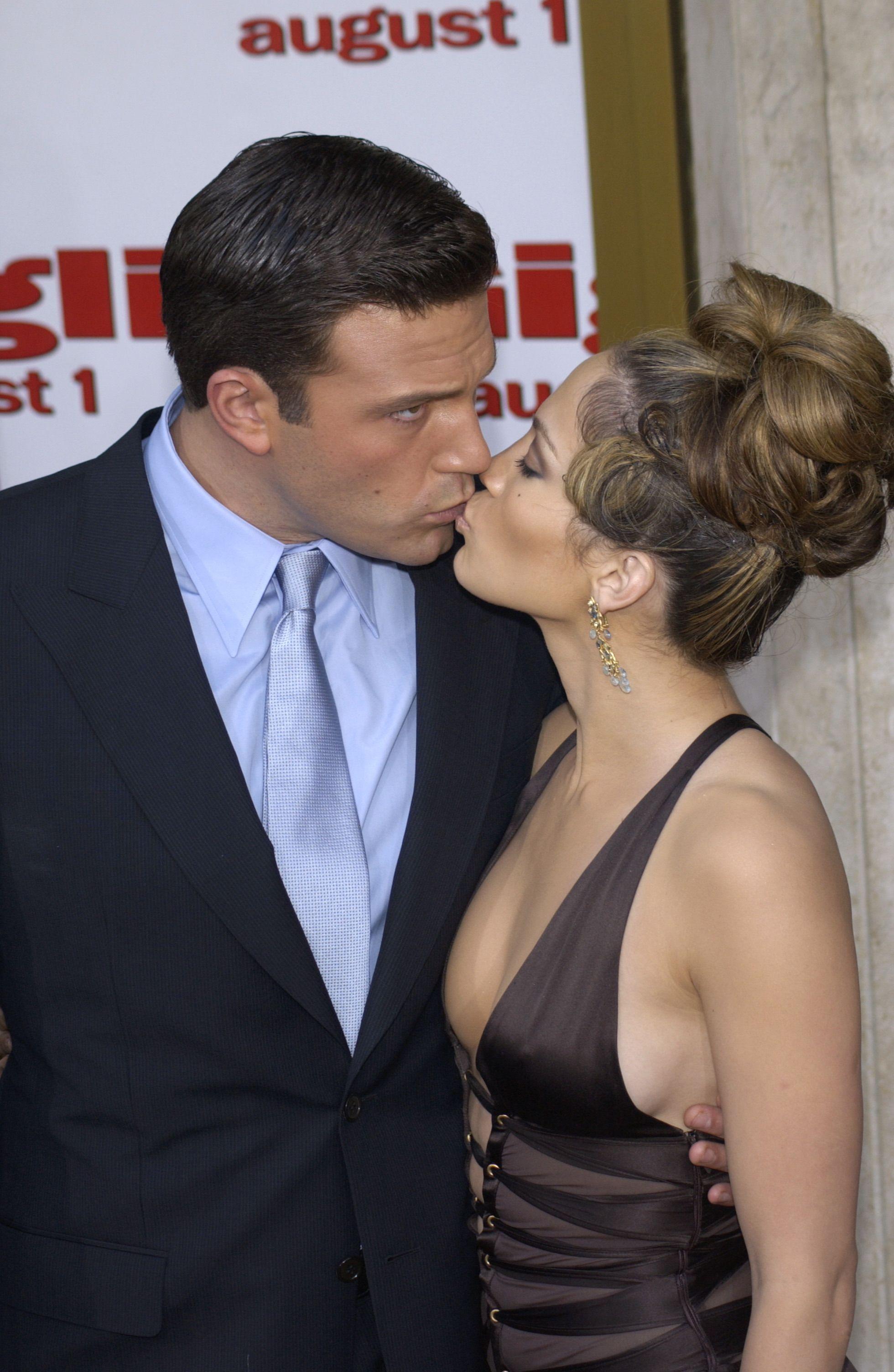 Ben Affleck kisses Jennifer Lopez with his eyes open.