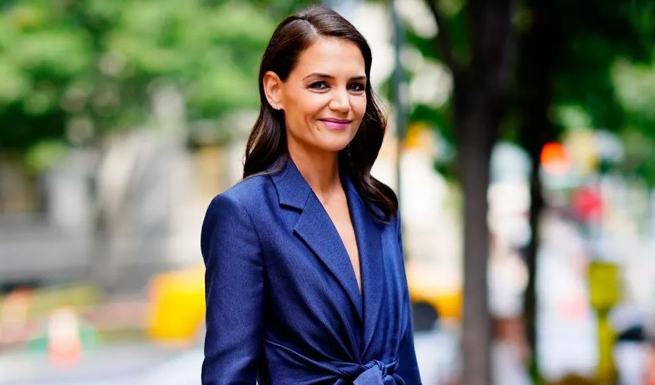 Katie Holmes in the street