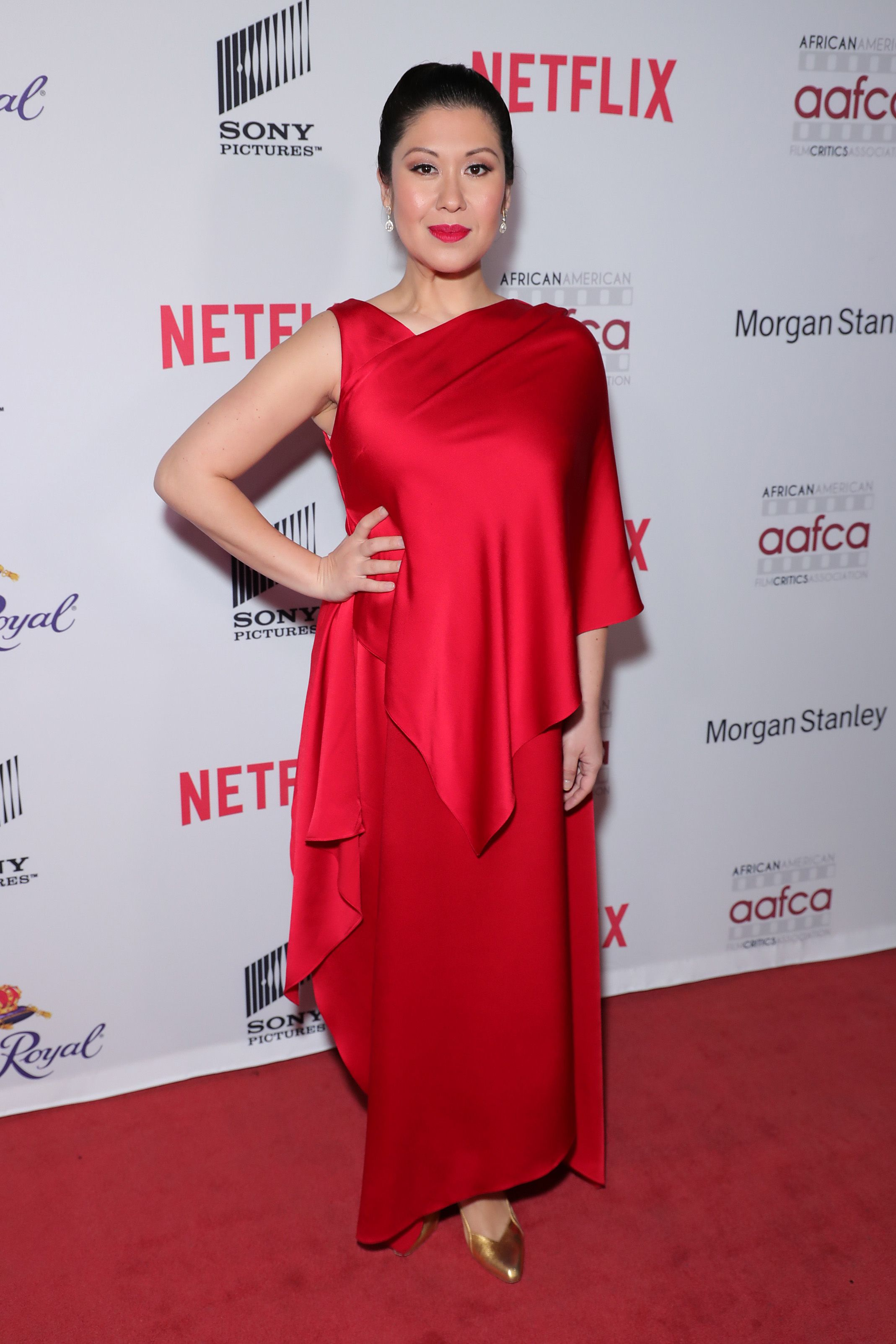 Ruthie Ann Miles looks gorgeous on a red carpet in this amazing red dress which she paired with golden pumps.