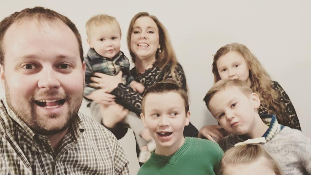 Josh and Anna Duggar with their family